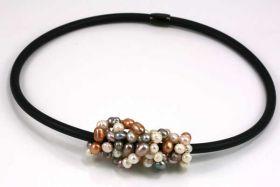 Halskæde i gummi med perler