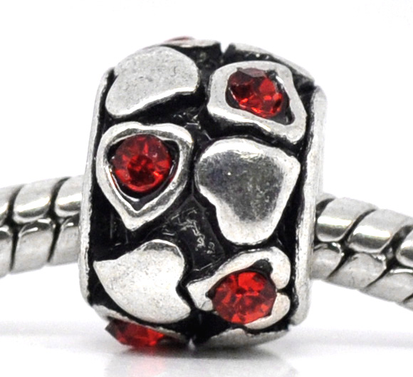 Metalperle med hjerter og rhinsten rød