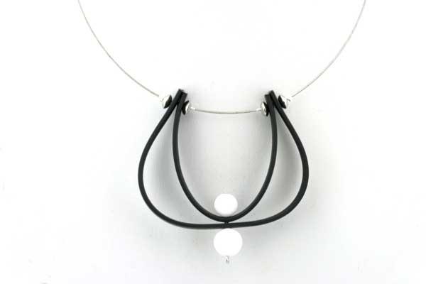 Halskæde med Gummi, Wire, og hvide Agater