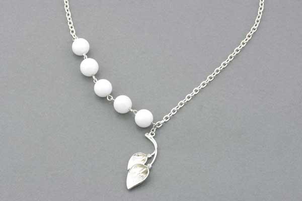 Halskæde med hvide Agater og kæde