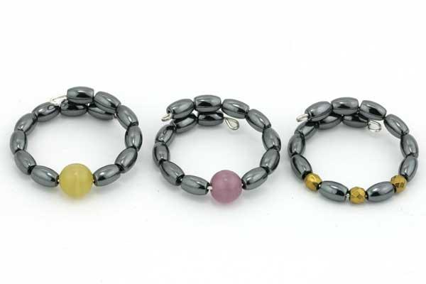 Fingerring i memorywire med Hematit perler